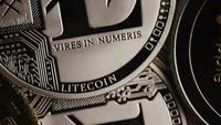 Drehende Aufnahme von Bitcoins (digitale Kryptowährung) - BITCOIN MIXED 057