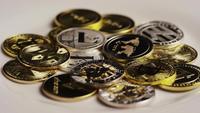 Drehende Aufnahme von Bitcoins (digitale Kryptowährung) - BITCOIN MIXED 081