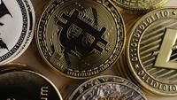 Drehende Aufnahme von Bitcoins (digitale Kryptowährung) - BITCOIN MIXED 008