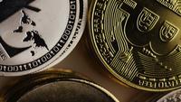 Drehende Aufnahme von Bitcoins (digitale Kryptowährung) - BITCOIN MIXED 010