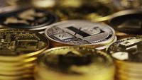 Drehende Aufnahme von Bitcoins (digitale Kryptowährung) - BITCOIN MIXED 036