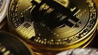 Drehende Aufnahme von Bitcoins (digitale Kryptowährung) - BITCOIN MIXED 025