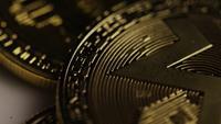 Drehende Aufnahme von Bitcoins (digitale Kryptowährung) - BITCOIN MIXED 073