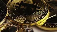 Rotierende Aufnahme von Bitcoins (digitale Kryptowährung) - BITCOIN MIXED 071