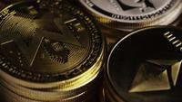 Drehende Aufnahme von Bitcoins (digitale Kryptowährung) - BITCOIN MIXED 023