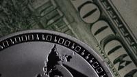 Drehende Aufnahme von Bitcoins (digitale Kryptowährung) - BITCOIN LITECOIN 636