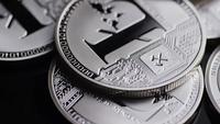 Rotierende Aufnahme von Bitcoins (digitale Kryptowährung) - BITCOIN LITECOIN 486