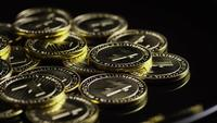 Drehende Aufnahme von Bitcoins (digitale Kryptowährung) - BITCOIN LITECOIN 258