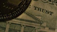 Roterende opname van Bitcoins (digitale cryptocurrency) - BITCOIN MONERO 163