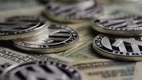 Roterande skott av Bitcoins (digital cryptocurrency) - BITCOIN LITECOIN 621