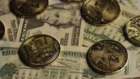 Roterende opname van Bitcoins (digitale cryptocurrency) - BITCOIN MONERO 201