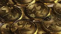 Roterende opname van Bitcoins (digitale cryptocurrency) - BITCOIN MONERO 066