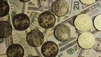 Roterende opname van Bitcoins (digitale cryptocurrency) - BITCOIN MONERO 185
