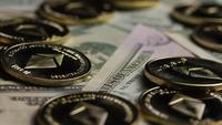 Roterende opname van Bitcoins (digitale cryptocurrency) - BITCOIN ETHEREUM 217