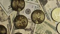 Roterende opname van Bitcoins (digitale cryptocurrency) - BITCOIN MONERO 157