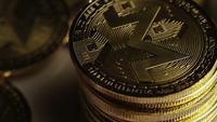 Roterende opname van Bitcoins (digitale cryptocurrency) - BITCOIN MONERO 143