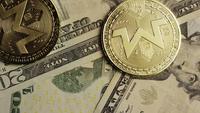 Roterende opname van Bitcoins (digitale cryptocurrency) - BITCOIN MONERO 160