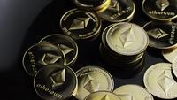 Roterende opname van Bitcoins (digitale cryptocurrency) - BITCOIN ETHEREUM 172