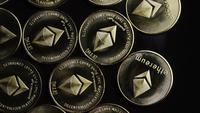 Roterende opname van Bitcoins (digitale cryptocurrency) - BITCOIN ETHEREUM 104