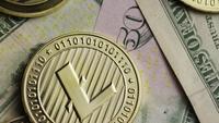 Roterende opname van Bitcoins (digitale cryptocurrency) - BITCOIN LITECOIN 571