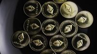 Roterende opname van Bitcoins (digitale cryptocurrency) - BITCOIN ETHEREUM 102