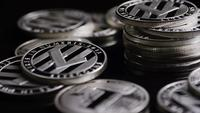 Roterende opname van Bitcoins (digitale cryptocurrency) - BITCOIN LITECOIN 381