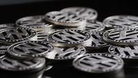 Roterende opname van Bitcoins (digitale cryptocurrency) - BITCOIN LITECOIN 435