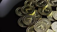 Roterende opname van Bitcoins (digitale cryptocurrency) - BITCOIN LITECOIN 238