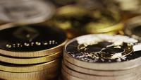 Drehende Aufnahme von Bitcoins (digitale Kryptowährung) - BITCOIN MIXED 037