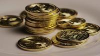 Drehende Aufnahme von Bitcoins (digitale Kryptowährung) - BITCOIN MONERO 146