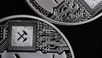 Drehende Aufnahme von Bitcoins (digitale Kryptowährung) - BITCOIN LITECOIN 446