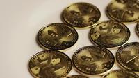 Drehende Aufnahme von Bitcoins (digitale Kryptowährung) - BITCOIN MONERO 016
