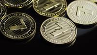 Drehende Aufnahme von Bitcoins (digitale Kryptowährung) - BITCOIN LITECOIN 205