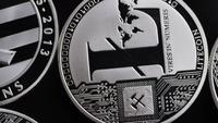 Rotierende Aufnahme von Bitcoins (digitale Kryptowährung) - BITCOIN LITECOIN 507