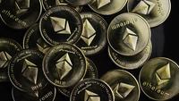 Rotierende Aufnahme von Bitcoins (digitale Kryptowährung) - BITCOIN ETHEREUM 133