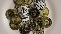 Drehende Aufnahme von Bitcoins (digitale Kryptowährung) - BITCOIN MIXED 047