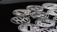 Drehende Aufnahme von Bitcoins (digitale Kryptowährung) - BITCOIN LITECOIN 524