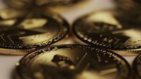 Drehende Aufnahme von Bitcoins (digitale Kryptowährung) - BITCOIN MONERO 040