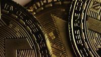 Drehende Aufnahme von Bitcoins (digitale Kryptowährung) - BITCOIN MONERO 058