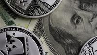 Rotierende Aufnahme von Bitcoins (digitale Kryptowährung) - BITCOIN LITECOIN 632