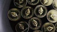 Drehende Aufnahme von Bitcoins (digitale Kryptowährung) - BITCOIN ETHEREUM 103