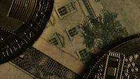 Drehende Aufnahme von Bitcoins (digitale Kryptowährung) - BITCOIN MONERO 196