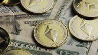 Drehende Aufnahme von Bitcoins (digitale Kryptowährung) - BITCOIN ETHEREUM 207