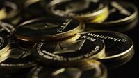 Rotierende Aufnahme von Bitcoins (digitale Kryptowährung) - BITCOIN ETHEREUM 159