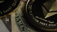Drehende Aufnahme von Bitcoins (digitale Kryptowährung) - BITCOIN ETHEREUM 212