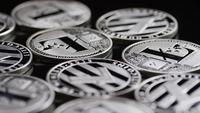 Rotierende Aufnahme von Bitcoins (digitale Kryptowährung) - BITCOIN LITECOIN 526