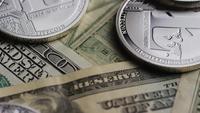 Drehende Aufnahme von Bitcoins (digitale Kryptowährung) - BITCOIN LITECOIN 643