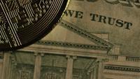 Rotierende Aufnahme von Bitcoins (digitale Kryptowährung) - BITCOIN MONERO 195