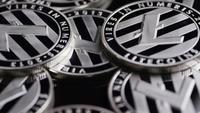 Drehende Aufnahme von Bitcoins (digitale Kryptowährung) - BITCOIN LITECOIN 429