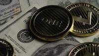 Drehende Aufnahme von Bitcoins (digitale Kryptowährung) - BITCOIN LITECOIN 581